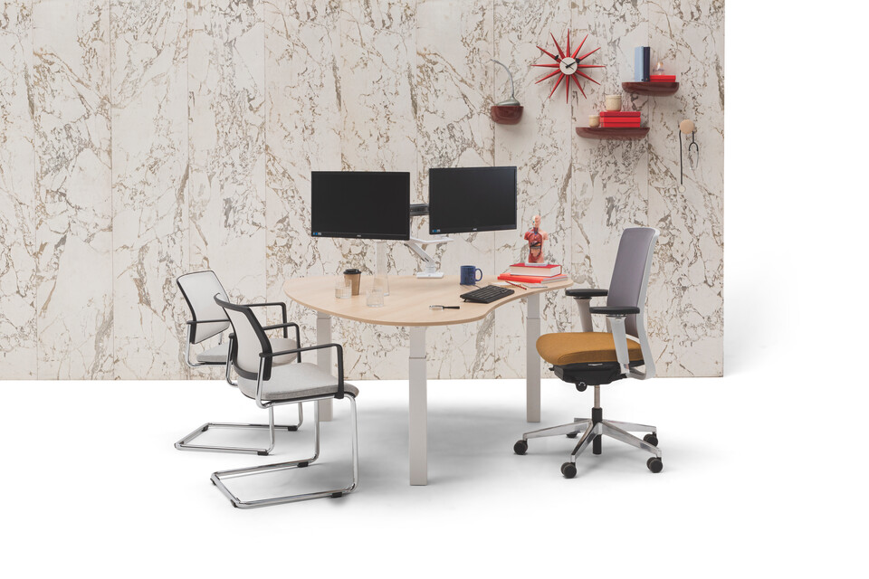 Gispen TMNL doc workstation sit sit in white with oak top and Zinn office and conference chairs in front of marble backpanel front view
