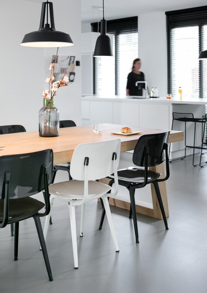 Royal Ahrend Revolt chairs in black and white at Stijnstijl in Rosmalen 0804