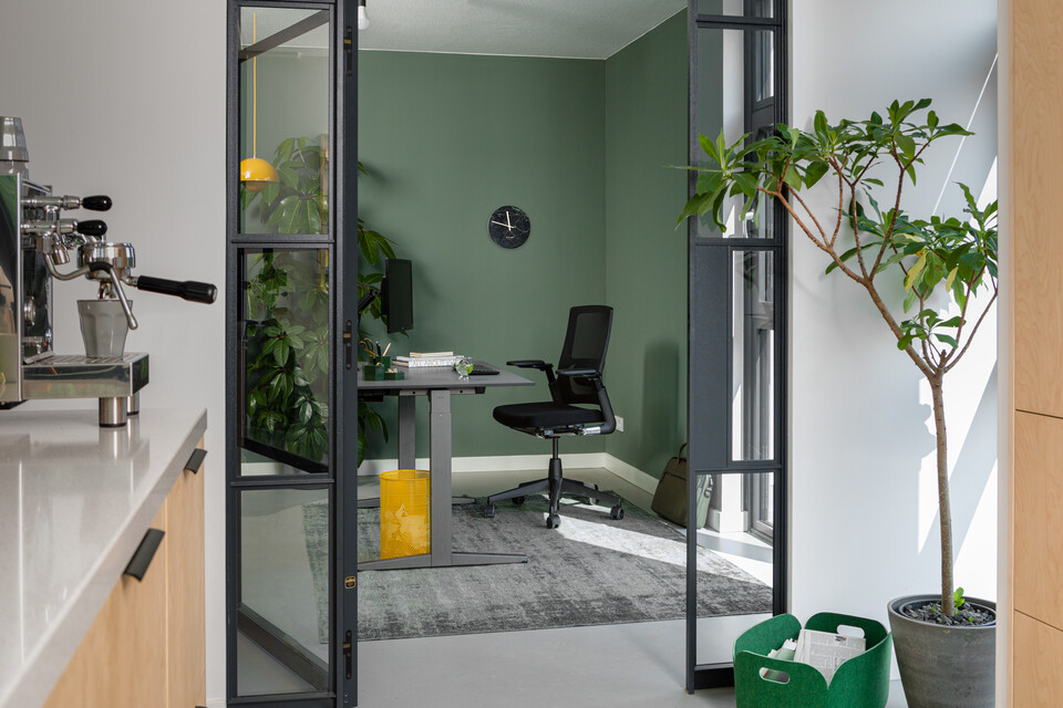 Royal Ahrend balance workstation in grey with charcoal tabletop and 2020 Verta office chair upholstered in black interior view