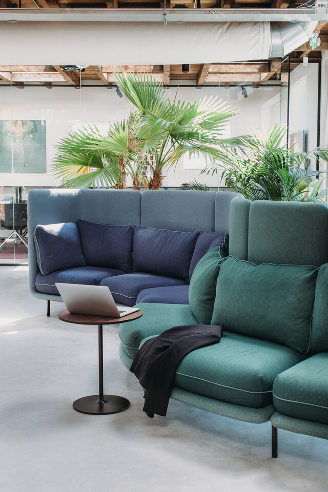 Royal Ahrend Embrace sofa upholstered in green and blue at HofmanDujardin office in Diemen EB010