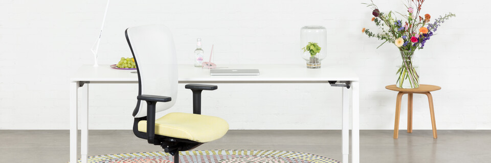 Royal Ahrend Balance 4 leg in white with yellow and white SQALA office chair with karpet front view