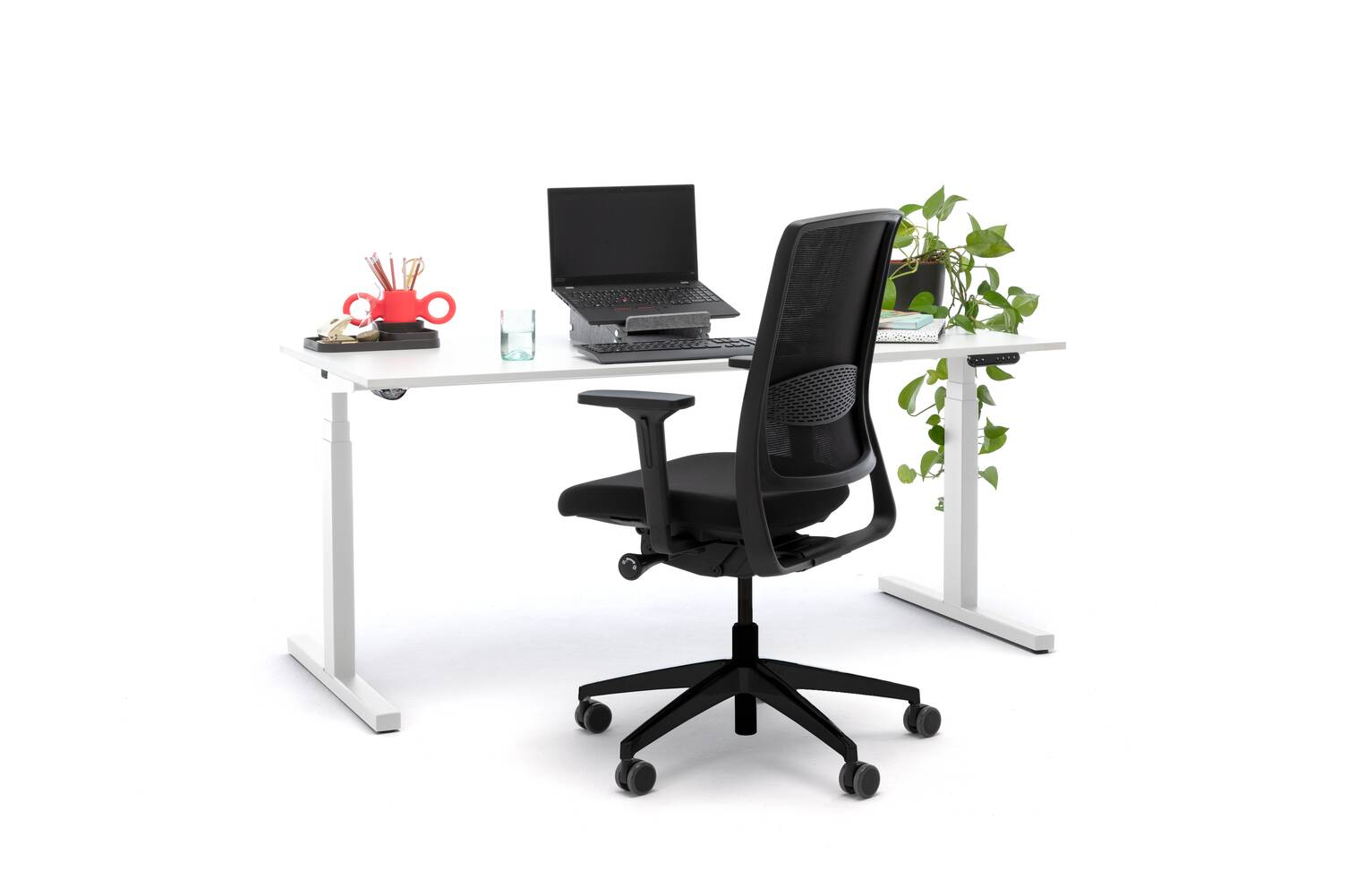 Gispen Home office desk in white with black upholstered Zinn Smart 20 office chair and red Dombo cup front left view