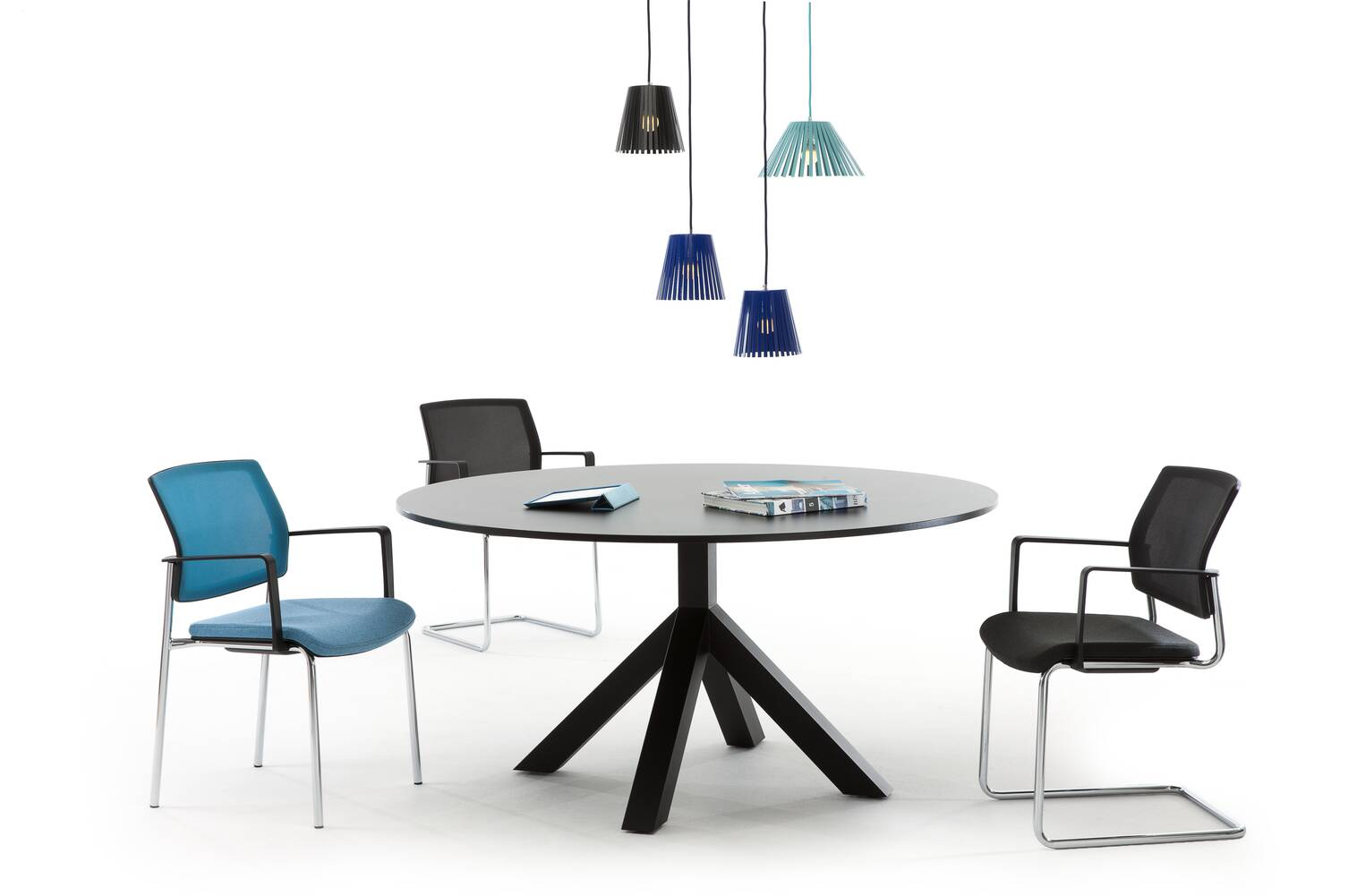 Gispen Dukdalf table round in black with Ray pendant lamps and three Zinn chairs front view
