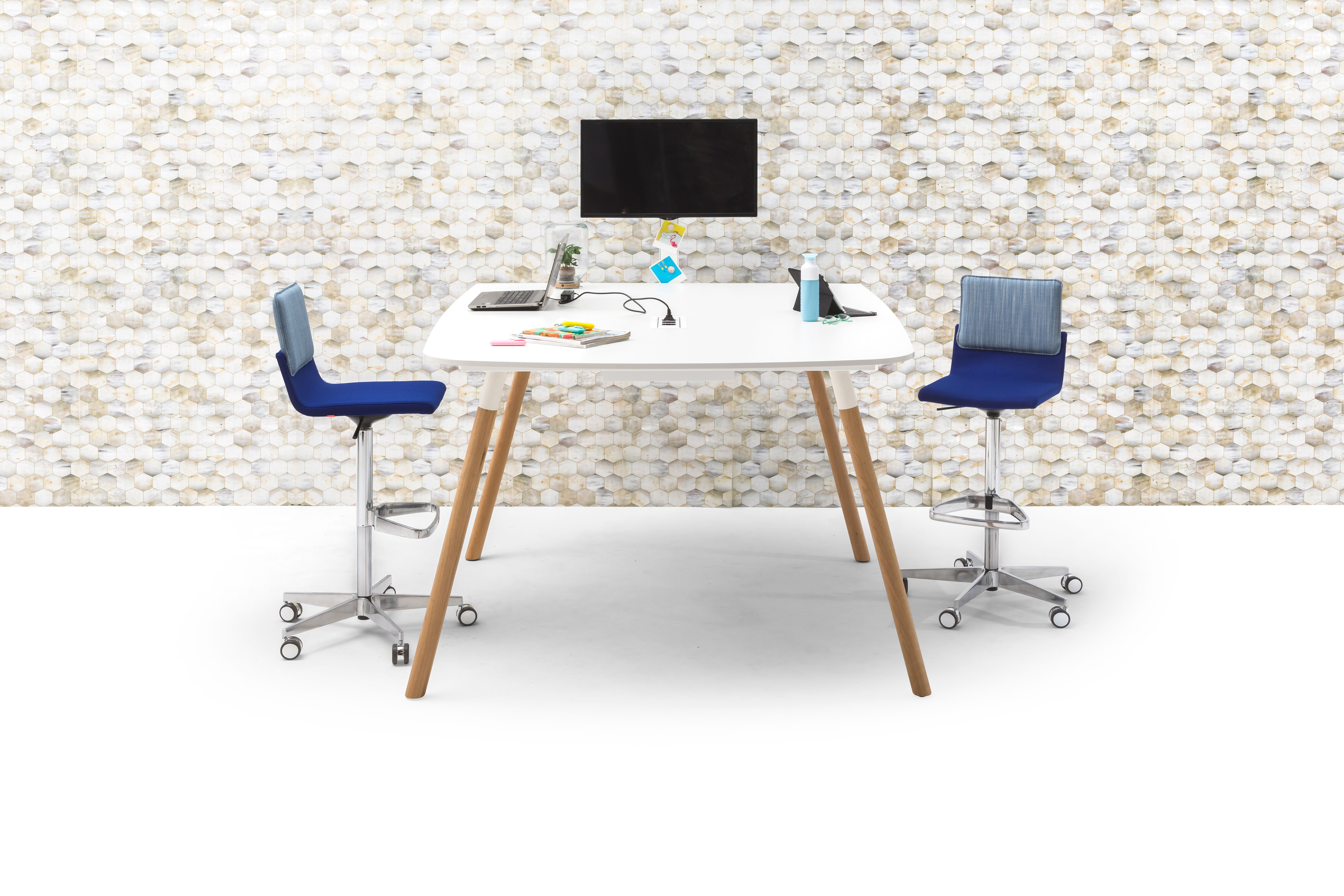 Gispen TEAM Wood round high conference table with oak legs and white frame and tabletop with blue Triennial Work High chairs and Beehive backpanel right side view