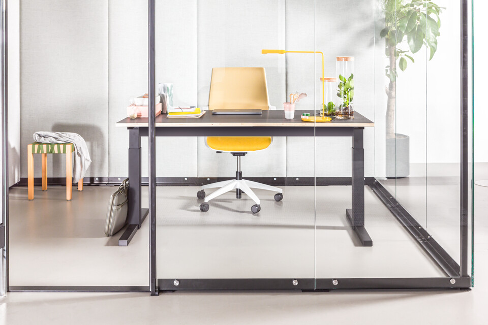 Gispen MOXX upholstered in green with black TMNL desk and yellow Zinn Multi front view