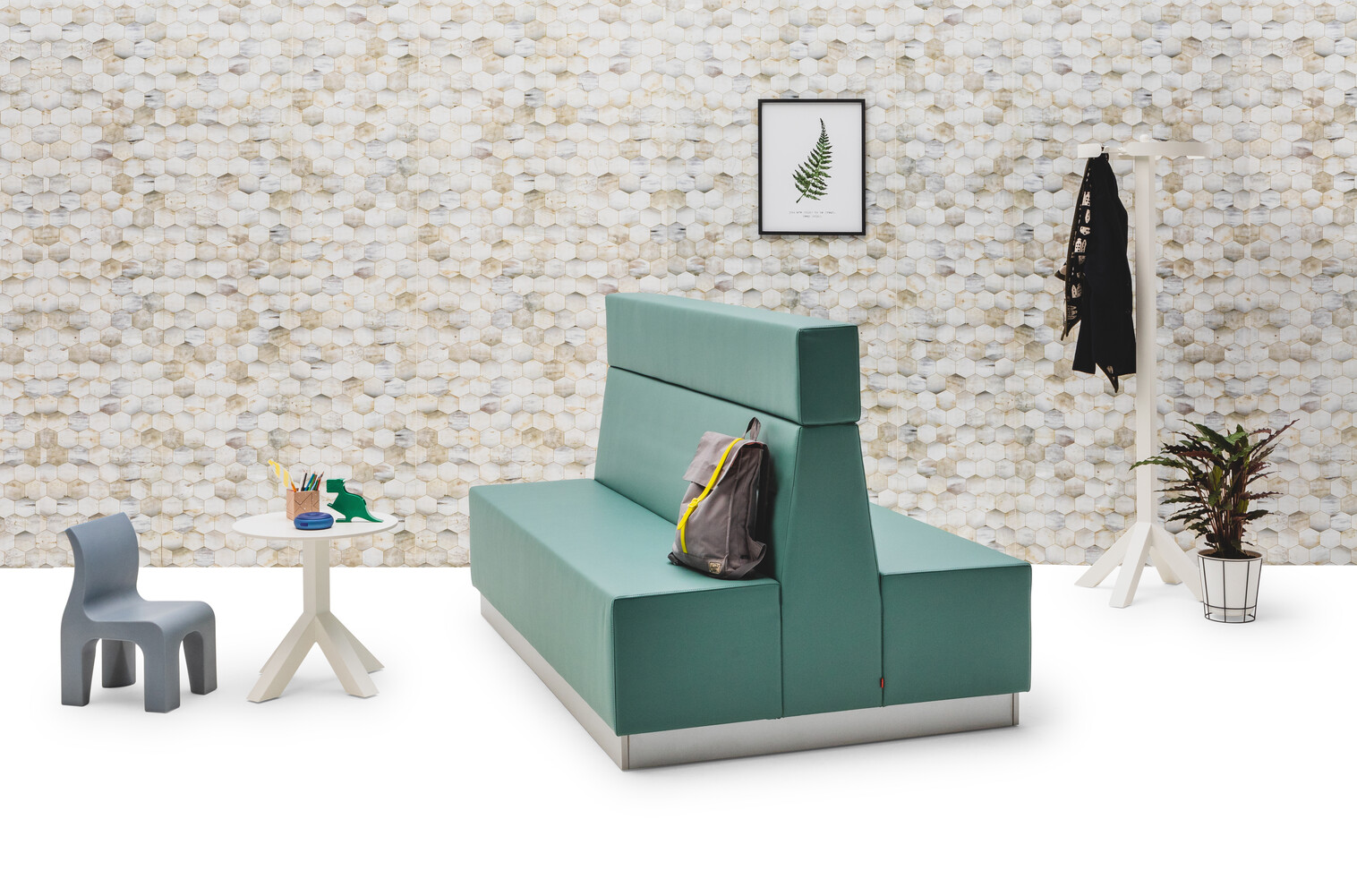 Gispen JUNA Double high trainbench upholstered in green with grey Bronto and white Dukdalf side table and coat rack in front of beehive backpanel front right view