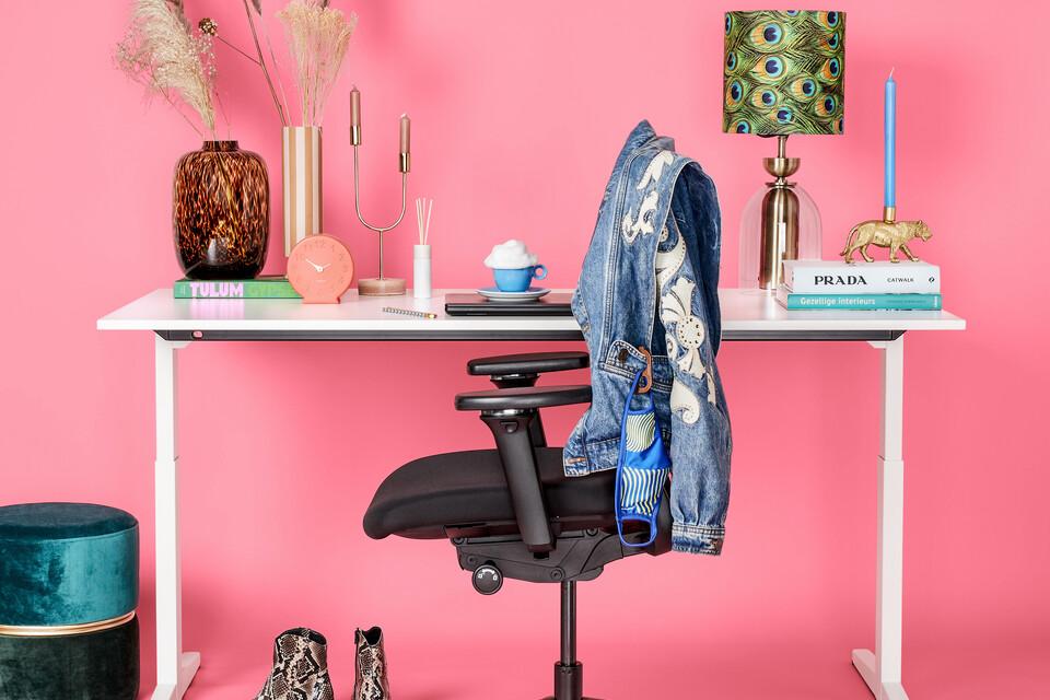 Ahrend Balance bureau met Zinn Smart 20 bureaustoel in roze thema woonstylist front view