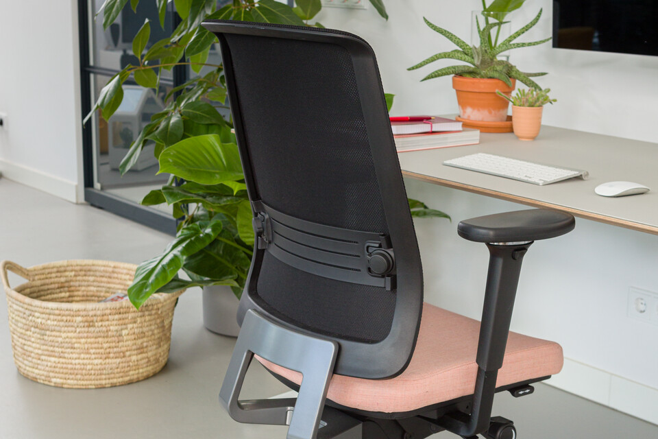 Royal Ahrend balance workstation in white with oak tabletop and Ease office chair upholstered in pink and black with detail interior view