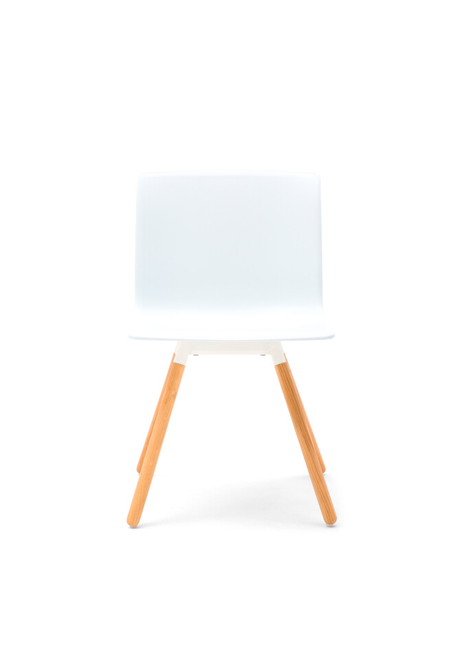 Gispen Nomi Wood chair with 012 soft white RAL 9010 frame and white shell front view