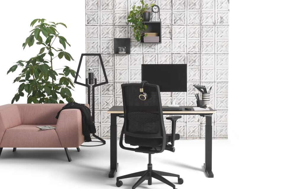 Gispen TMNL workstation in black with Zinn Smart 20 office chair and SETT armchair upholstered in pink with concrete backpanel front view