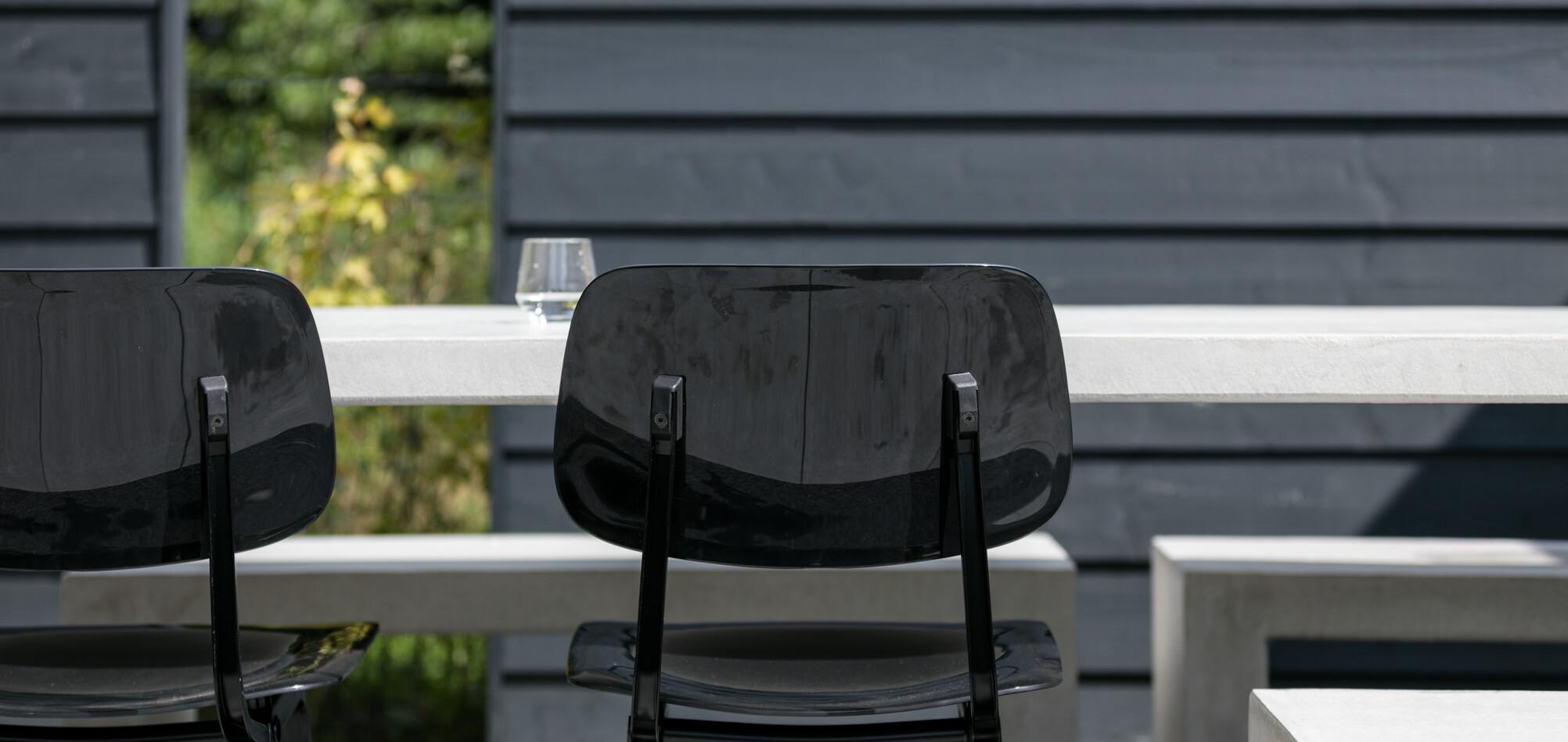 Royal Ahrend Revolt chairs in black in garden at Stijnstijl in Rosmalen 0807