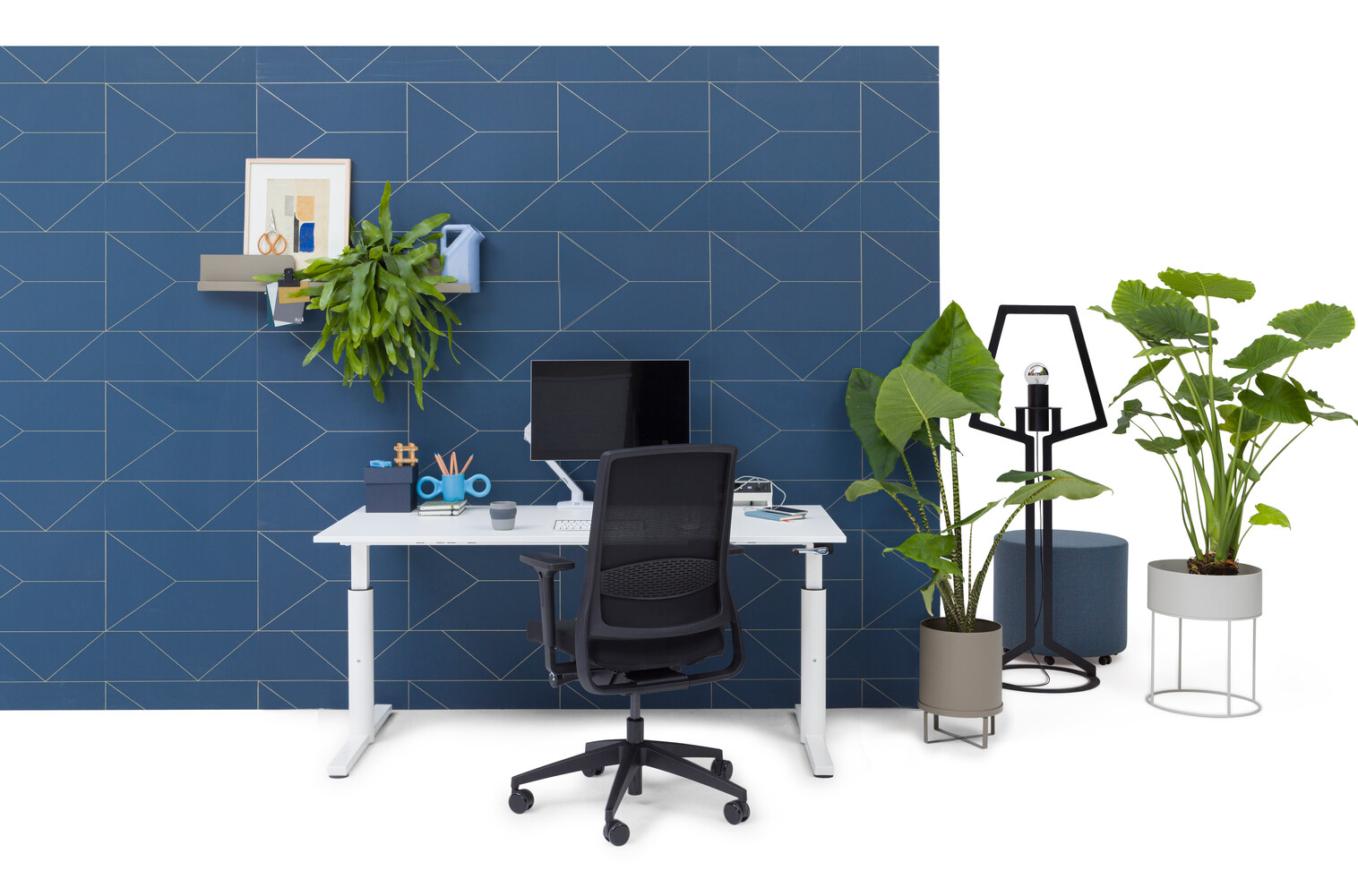 Gispen TM workstation in white with white tabletop and black upholstered black Zinn Smart 20 office chair in front of blue backpanel front view