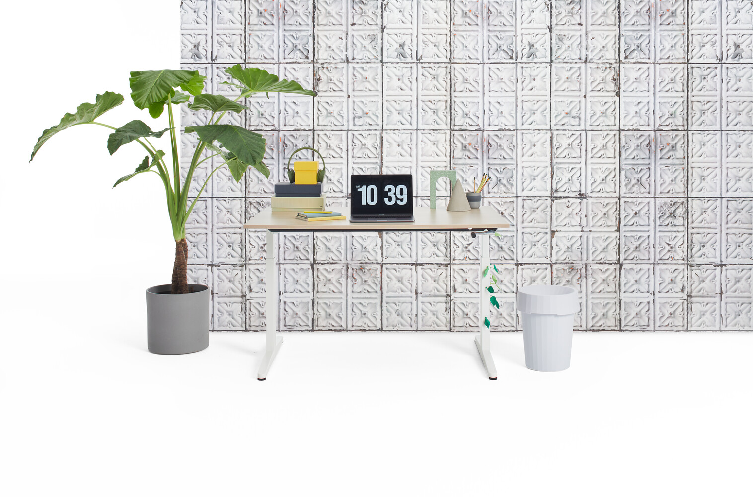 Gispen Home office HVM desk in white with oak tabletop and brooklyn tins wall view