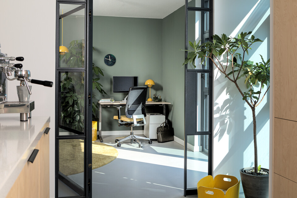 Royal Ahrend Balance workstation in grey with oak tabletop and Ease office chair upholstered in yellow and black interior view