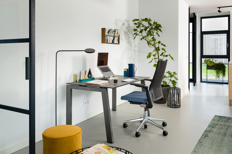 Royal Ahrend balance workstation in grey with charcoal tabletop and 2020 Extra Verta office chair upholstered in blue interior view