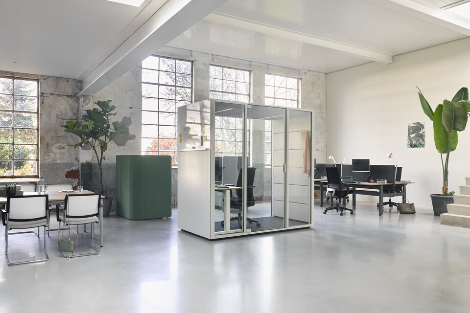 Ahrend Switch and Zinn with Concentration Corner and Qabin with door closed and Balance with Ease desk and chair in a Hybrid working community setting
