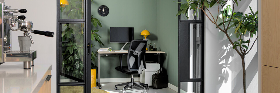 Royal Ahrend balance workstation in grey with oak tabletop and Zest office chair upholstered in black interior view