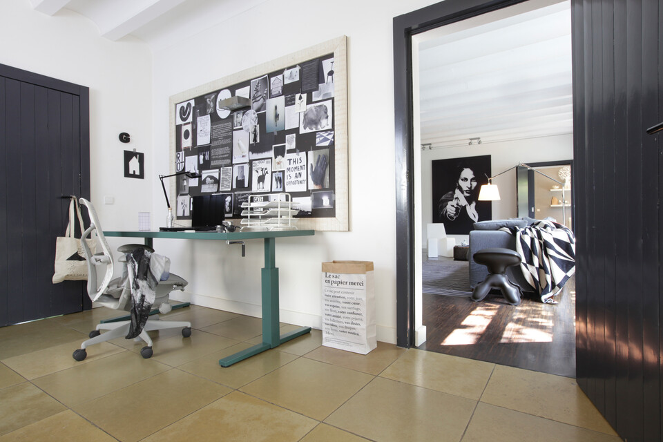 Gispen SteelTop workstation with Mirra office chair with view in living room for Gispen Huiswerk campaign