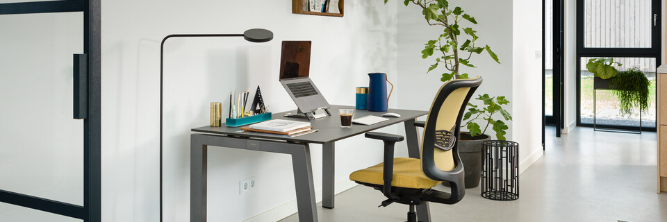 Royal Ahrend balance workstation in grey with charcoal tabletop and SQALA office chair upholstered in yellow interior view