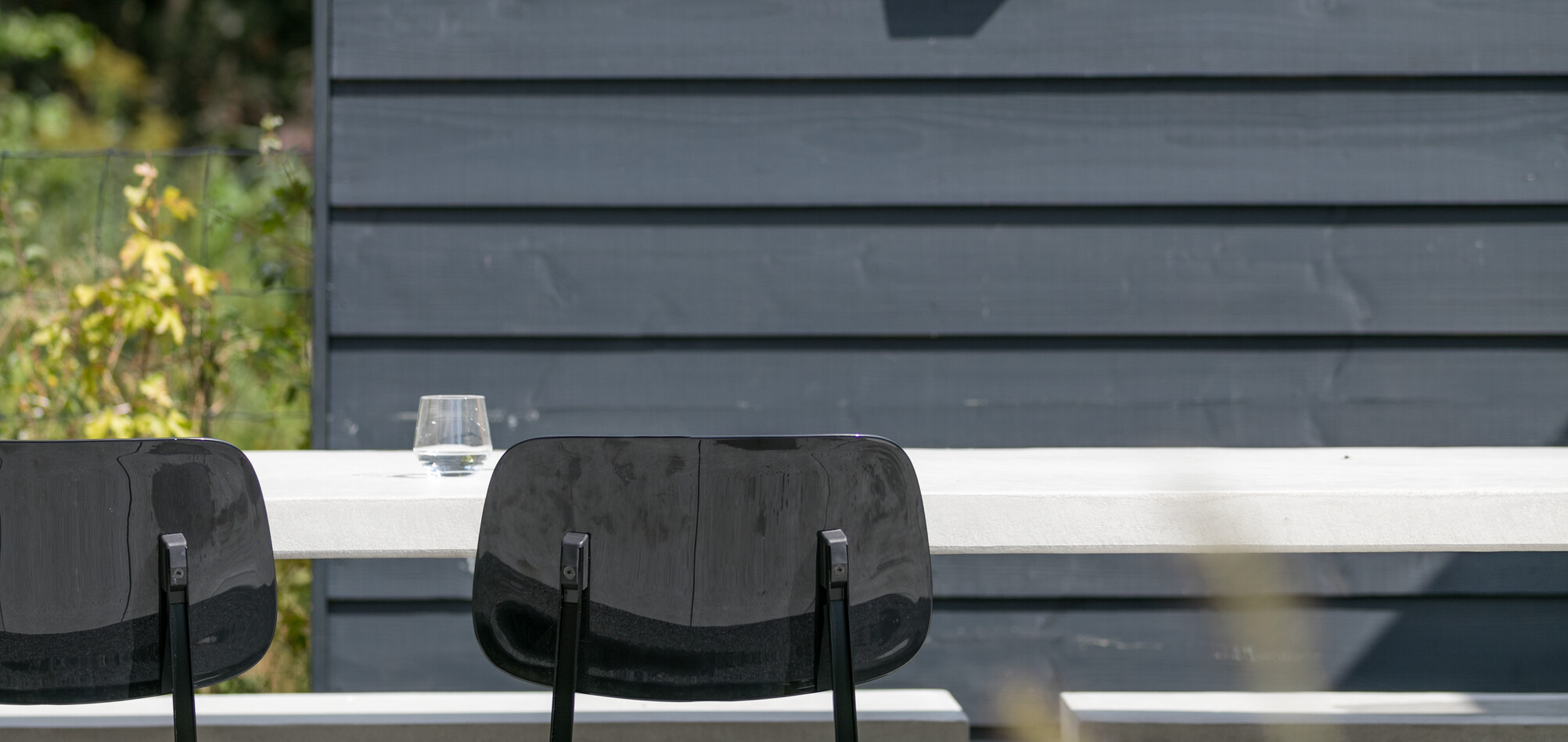 Royal Ahrend Revolt chairs in black in garden at Stijnstijl in Rosmalen 0810