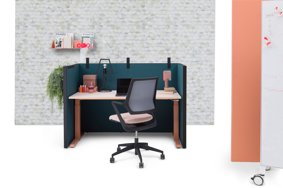 Gispen SEPP Acoustic screen with black frame and upholstered in turquoise with and PEXX transparent screen and TMNL workstation in brown with Zinn Multi chair upholstered in pink with honeycomb and orange backpanels front view