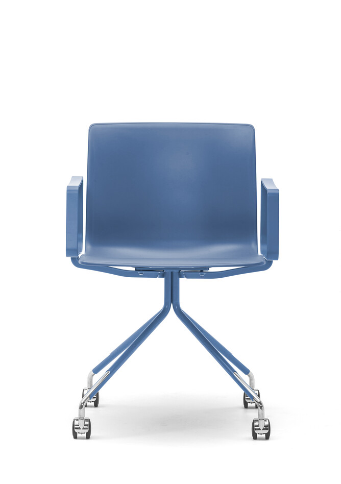 Gispen Nomi Work chair with 111 blue RAL 5014 frame with armrests on wheels and blue shell front view