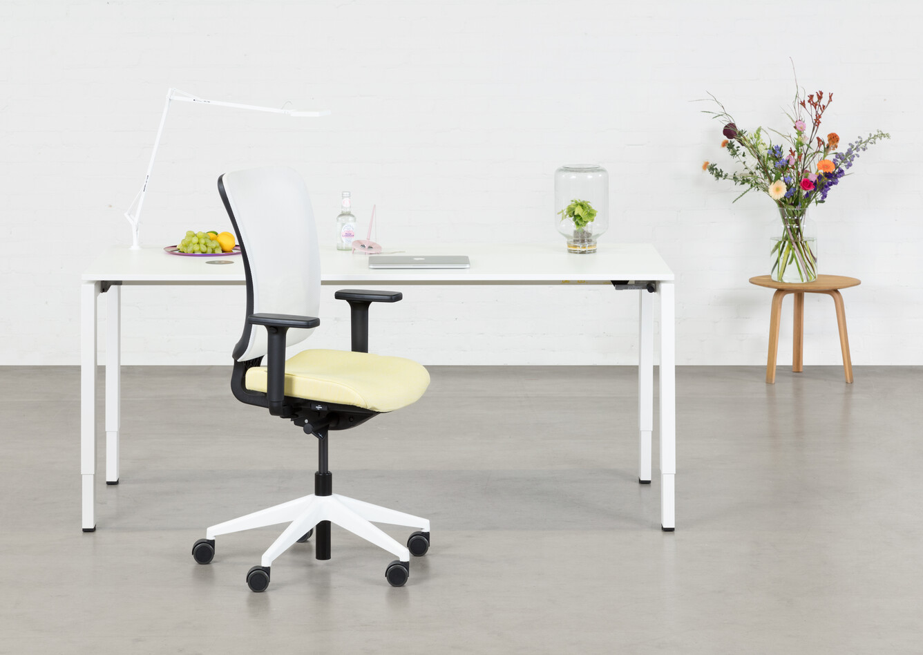 Royal Ahrend Balance 4 leg in white with yellow and white SQALA office chair front view
