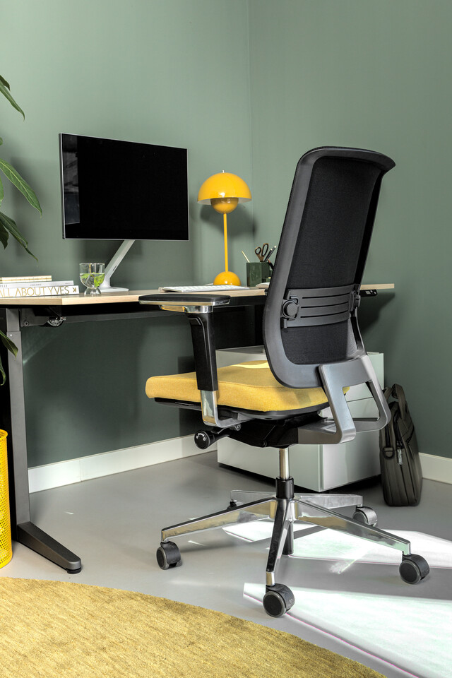 Royal Ahrend Balance workstation in grey with oak tabletop and Ease office chair upholstered in yellow and black detail interior view